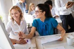 Negocio, tecnolog?a y concepto de la gente - equipo o dise?adores creativos que trabajan en oficina imagenes de archivo