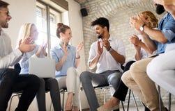 Negocio, tecnolog?a y concepto de la gente - equipo o dise?adores creativos que trabajan en oficina imagen de archivo libre de regalías