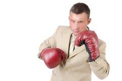 Negocio y éxito Lucha de la oficina Hombre joven en guantes de boxeo Trabajo y la batalla Fondo blanco Foto de archivo