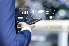 Negocio y app en línea de comercialización en concepto del smartphone imagenes de archivo