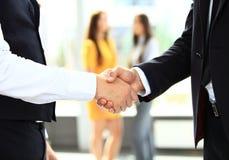 Negocio y concepto de la oficina - dos hombres de negocios que sacuden las manos Fotografía de archivo libre de regalías