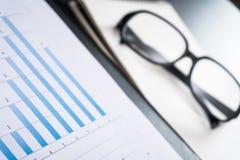 Negocio y los informes financieros un lugar de trabajo Imágenes de archivo libres de regalías