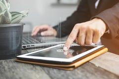 Negocio y márketing en la tableta en línea foto de archivo