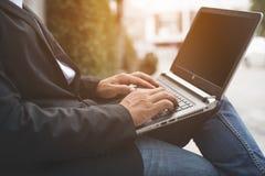Negocio y márketing en la tableta en línea fotografía de archivo libre de regalías
