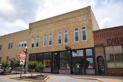 Negocios de la plaza en Covington Tennessee fotografía de archivo libre de regalías