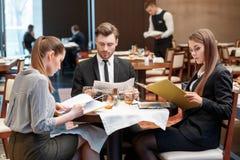 Negocios durante almuerzo en la comida fría Imágenes de archivo libres de regalías