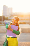 Negocios La muchacha sostiene una carpeta y muestra el pulgar para arriba foto de archivo libre de regalías