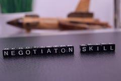 Negocjacji umiejętność na drewnianych blokach fotografia stock