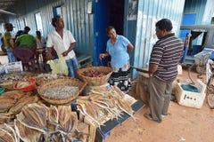 Negombo,斯里兰卡, 2015年11月06日:人们在鱼市上的卖干燥鱼 库存图片