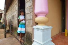 Negombo,斯里兰卡, 2015年11月07日:在街道上的小女孩 库存图片