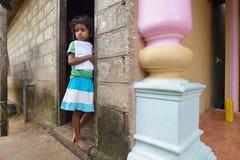 Negombo,斯里兰卡, 2015年11月07日:在街道上的小女孩 库存照片