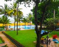 Negombo, Sri Lanka - 29. April 2009: Der Swimmingpool im Camelot-Strand-Hotel Lizenzfreie Stockbilder