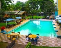 Negombo, Sri Lanka - 29. April 2009: Der Swimmingpool im Camelot-Strand-Hotel Lizenzfreie Stockfotografie