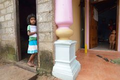 Negombo, Sri Lanka, el 7 de noviembre de 2015: Pequeña muchacha en la calle Foto de archivo