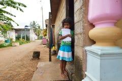 Negombo, Sri Lanka, el 7 de noviembre de 2015: Pequeña muchacha en la calle Foto de archivo libre de regalías