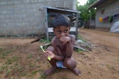 Negombo, Sri Lanka, Listopad 7, 2015: Chłopiec płuczkowi zęby na Negombo ulicach zdjęcia stock