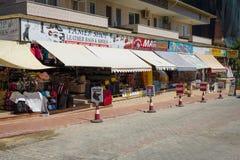 Negozi che vendono abbigliamento, gioielli, lavori o indumenti a maglia ed i ricordi sulla costa anatolica Immagine Stock Libera da Diritti
