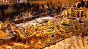 Negozi di ricordi egiziani per i turisti nel vecchio mercato della citt? alla notte video d archivio
