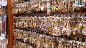 Negozi di ricordi egiziani per i turisti nel vecchio mercato della citt? alla notte archivi video