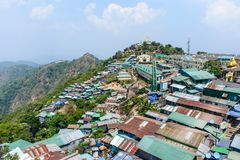 Negozi e case sulla montagna di Kyaik Htee Yoe, stato di lunedì, Myanmar, March-2018 Fotografia Stock