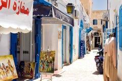 Negozi tradizionali nel mercato di Medina in EL Souk di Houmt a Djerba, Tunisia fotografie stock libere da diritti