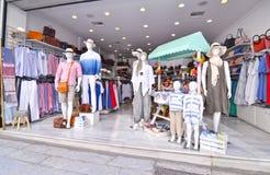 Negozi turistici con i vestiti e gli accessori a Monastiraki Atene Grecia fotografie stock