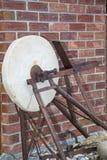 Negozio antico del fabbro della smerigliatrice della ruota della pietra della lama di coltello Fotografie Stock Libere da Diritti