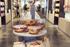 Negozio belga tradizionale del cioccolato interno con il variey delle caramelle e dei dolci immagini stock libere da diritti