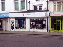 Negozio britannico di carità della croce rossa Immagine Stock