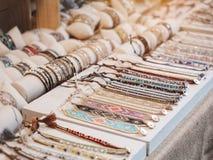 Negozio Colourful della collana delle perle degli accessori di acquisto di modo Fotografia Stock
