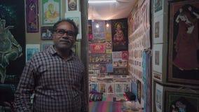 Negozio con le pitture nella sera in India video d archivio