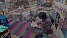 Negozio con le pitture nella sera in India stock footage