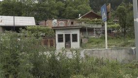 Negozio d'annata vicino alla strada ed alle automobili di azionamento in Georgia video d archivio