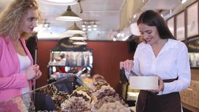 Negozio del cioccolato Dolci d'acquisto del cioccolato della donna in deposito archivi video