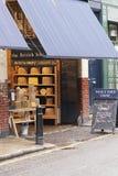 Negozio del formaggio del mercato della città immagini stock libere da diritti