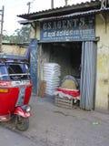Negozio del grossista e Tut-Tut di verdure, Sri Lanka Fotografia Stock
