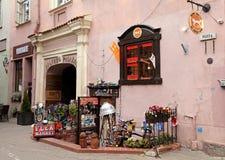 Negozio del mercato delle pulci con le merci d'annata in Città Vecchia, Vilnius, Lithua Fotografia Stock