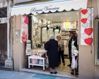 Negozio del ricamo della mano nella città di Loreto fotografia stock libera da diritti
