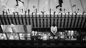 Negozio del tè in bianco e nero con la camminata della gente immagini stock