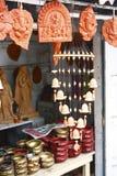 Negozio dell'artigianato che vende gli idoli indù intagliati del dio Fotografie Stock
