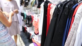 Negozio della biancheria intima del ` s delle donne Mutandine del ` s delle donne sui ganci in un deposito del sesso, 4k, movimen archivi video