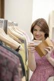 Negozio della carta di credito della donna Immagini Stock