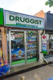 Negozio della farmacia della viuzza nello stile tailandese. fotografia stock libera da diritti