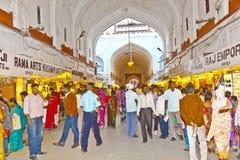 Negozio della gente dentro la fortificazione di Meena Bazaar in rosso immagini stock