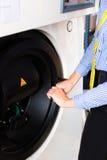 Negozio della lavanderia facendo uso della macchina per pulir a seccoe Immagine Stock