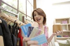 Negozio delle carte di credito della donna Fotografia Stock Libera da Diritti