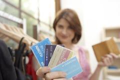 Negozio delle carte di credito della donna Immagini Stock Libere da Diritti