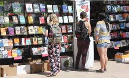 Negozio delle donne alla libreria all'aperto Fotografia Stock Libera da Diritti