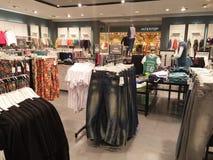 negozio delle mensole dei vestiti Immagine Stock