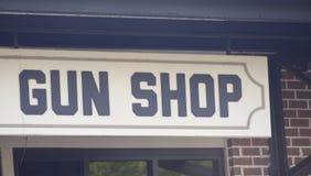 Negozio delle pistole, delle munizioni e delle armi da fuoco fotografie stock